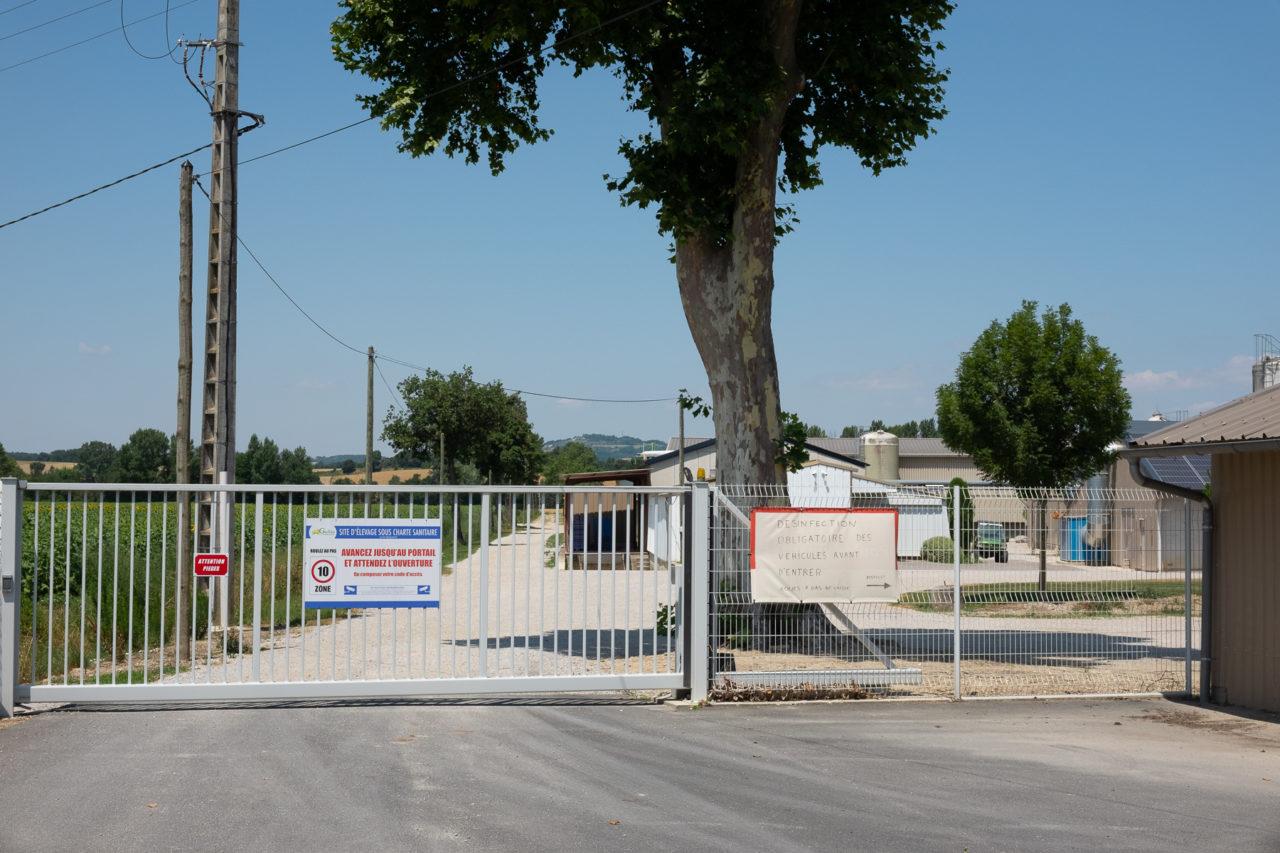 Entrée de la ferme-usine de Cyril Gallès à Lescout dans le Tarn