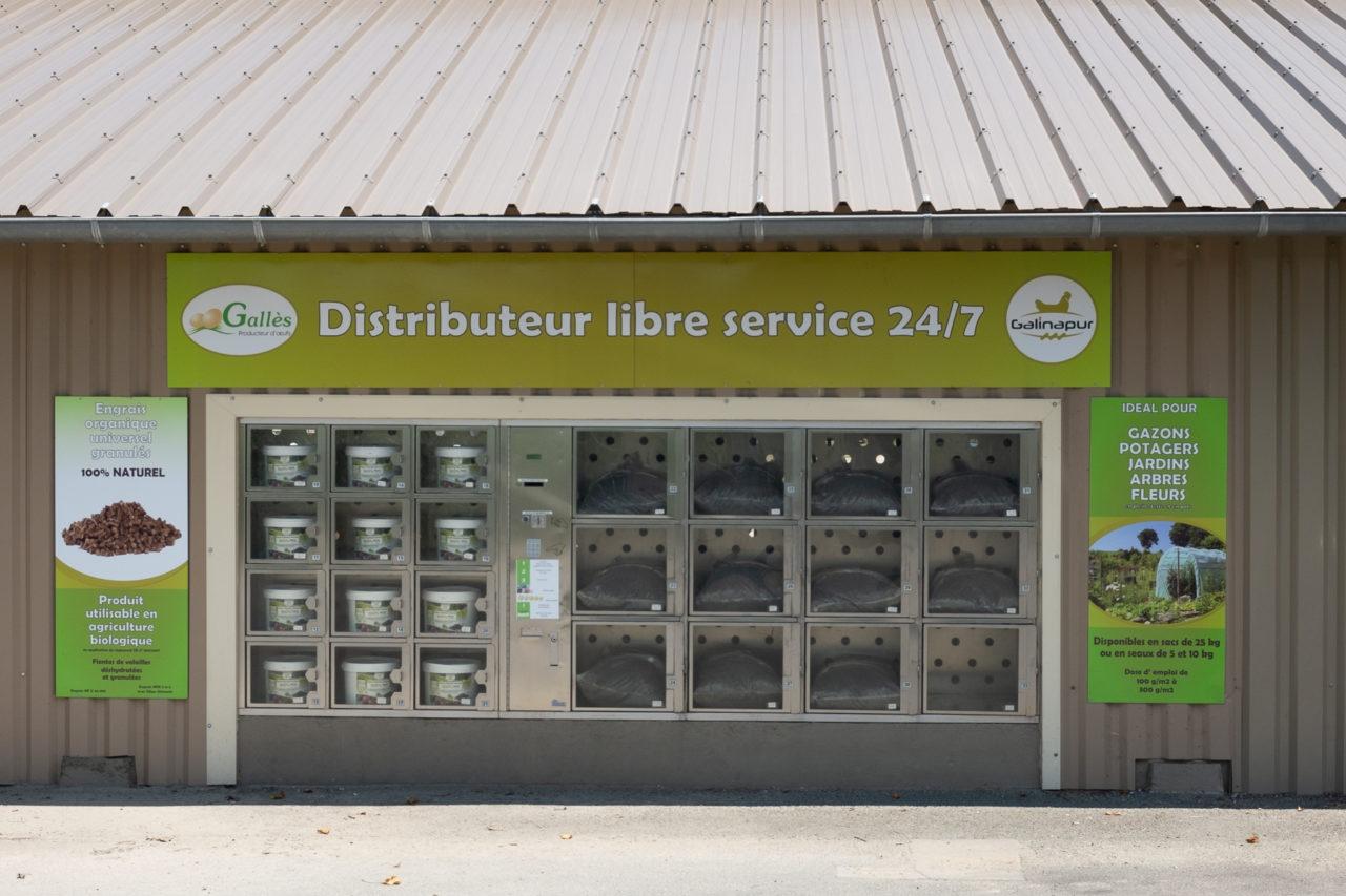 Un distributeur automatique de Galinapur, un engrais organique utilisable en agriculture biologique produit par la ferme-usine Gallès.